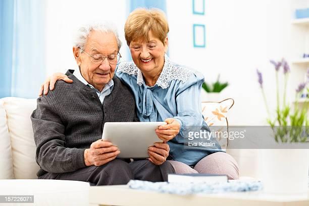 Casal Idoso usando um tablet digital em