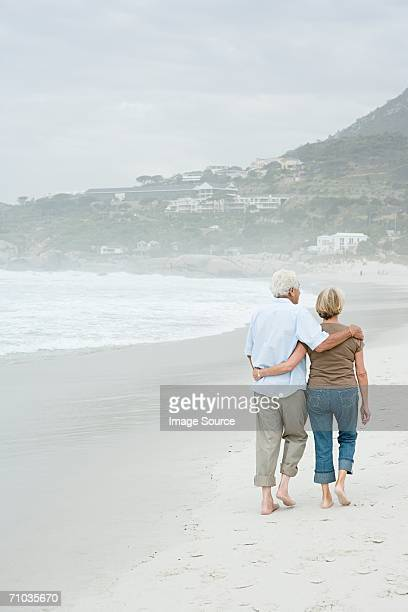 Senior couple marchant le long de la plage