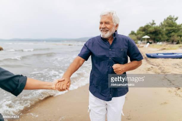 Altes Paar zu Fuß am Meer