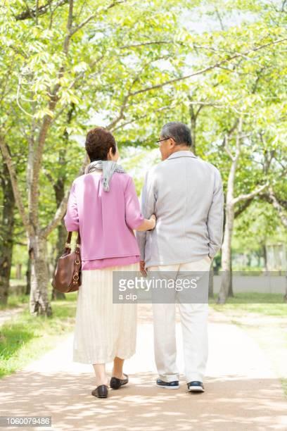 公園を歩くシニア夫婦 - アベニュー ストックフォトと画像