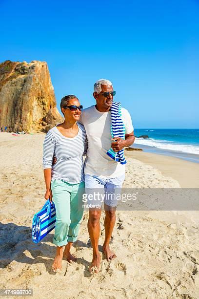Senior Pareja caminando en la playa