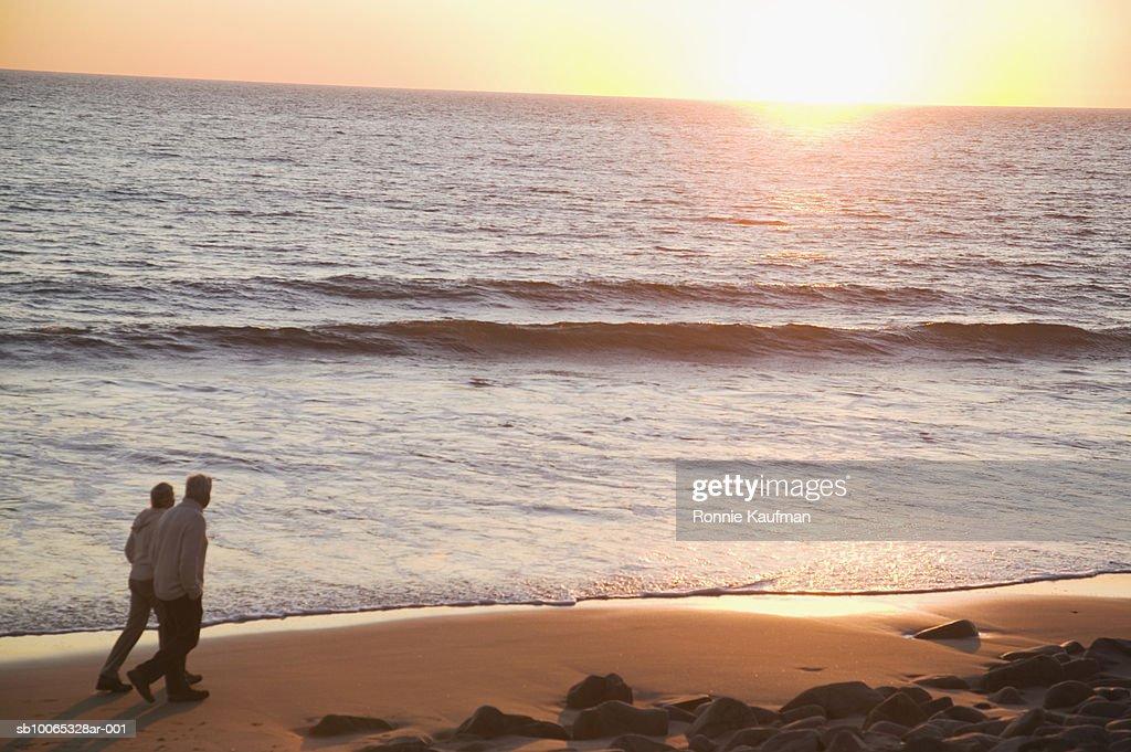 Senior couple walking on beach : Foto stock