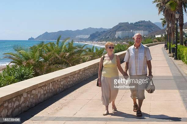 senior couple marchant sur vacances ou sont-ils les expatriés