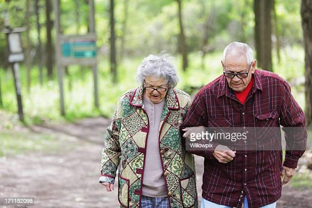 senior couple marchant sur un sentier nature - chubby granny photos et images de collection