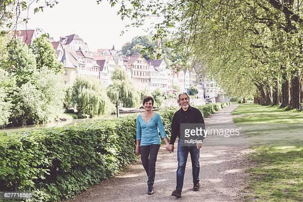 Senior Paar beim Gehen durch einen park, Tübingen, Deutschland