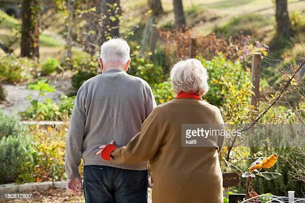 Altes Paar zu Fuß durch den Garten