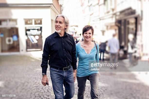 Senior Paar beim Gehen durch die Straßen Tübingen, Deutschland