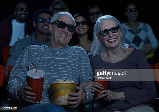 couple Senior en regardant un film en 3D