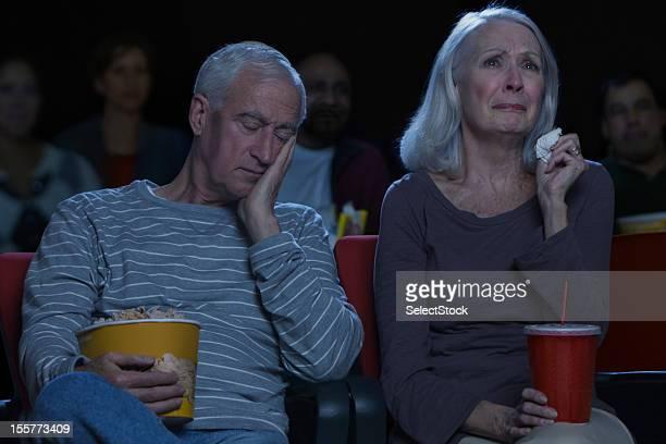 couple âgé en regardant triste film