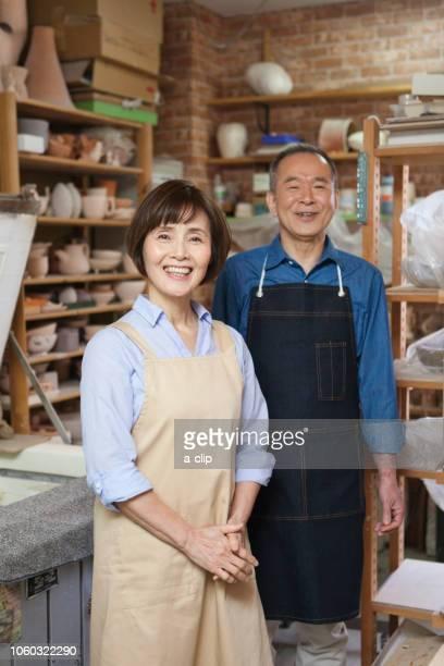 エプロンをつけた笑顔のシニア夫婦 - エプロン ストックフォトと画像