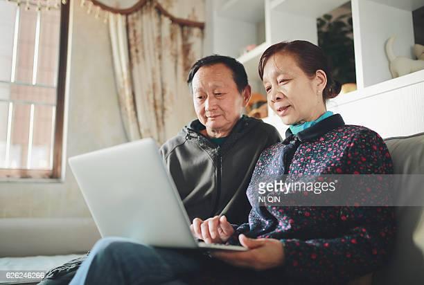 couple âgé avec ordinateur