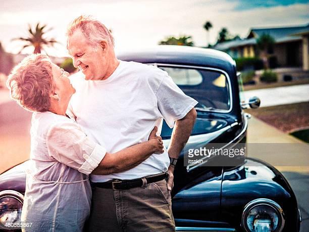 年配のカップルとレトロな車