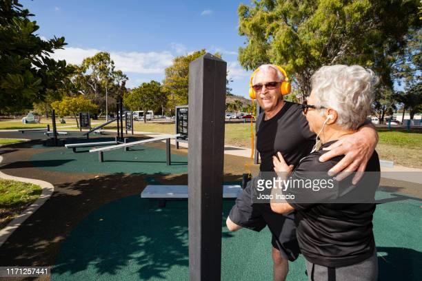 senior couple working out - townsville australia fotografías e imágenes de stock
