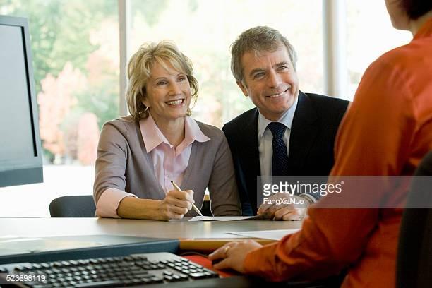 Senior couple posant pour obtenir des conseils Finance