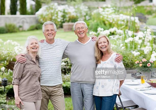 Altes Paar am Tisch im Garten