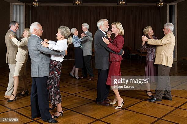 senior couples dancing - balzaal stockfoto's en -beelden