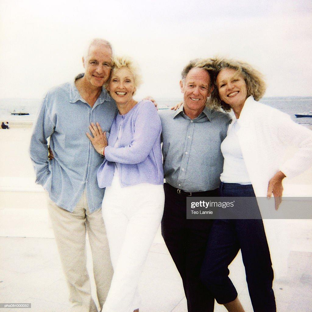 Senior couples on beach, portrait. : Stockfoto