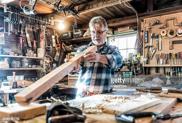 Alter Handwerker Arbeiten in traditionellen workshop