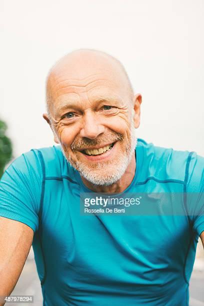 cycliste senior dans une ville rue - un seul homme d'âge moyen photos et images de collection