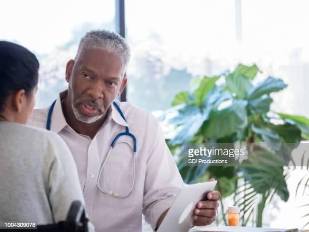 先輩医師が女性患者に薬を説明します