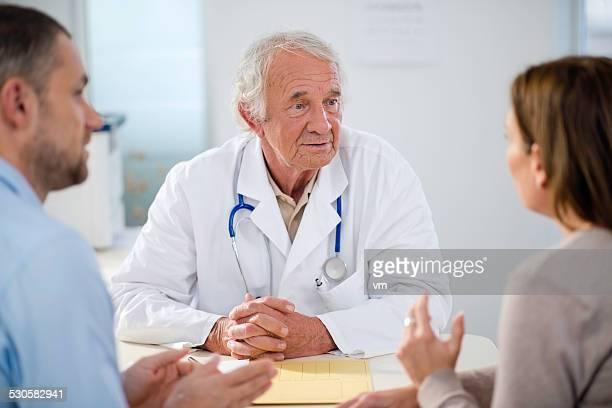 Senior médico con pareja de mediana edad