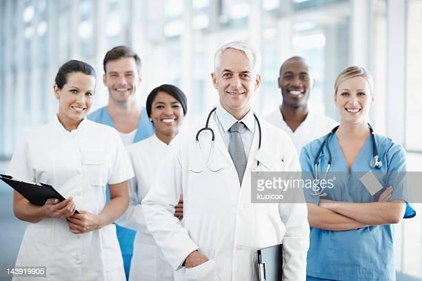 Senior médico com Equipe médica bem sucedida