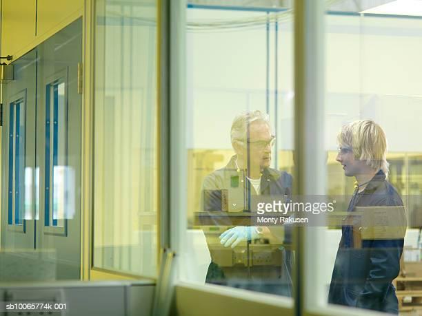 senior engineer talking with young apprentice - monty rakusen stock-fotos und bilder