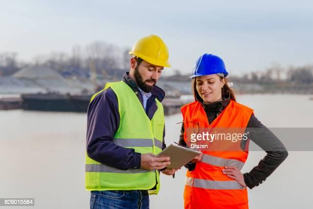 貨物船のドックで一緒に働くシニア エンジニア