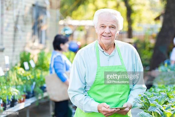 Senior empresario propietario de jardinería almacenar o nursery
