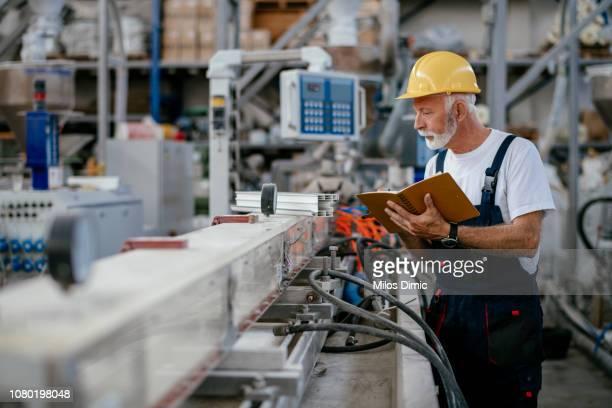 senior fabrieksarbeider - machinerie stockfoto's en -beelden
