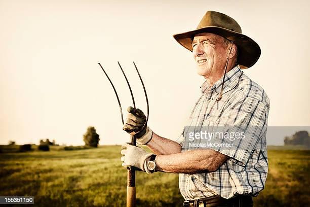 Senior agricultor segurando Forquilha