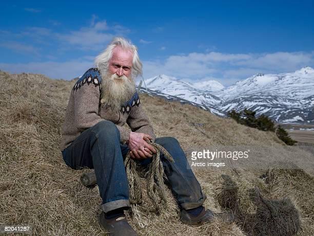 senior farmer in hornafjordur fjord, eastern iceland - capelli lunghi foto e immagini stock