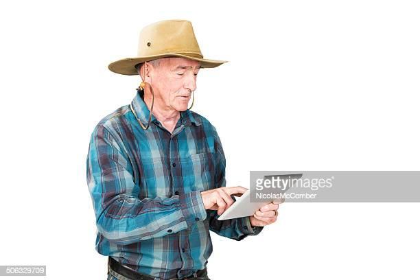 Agriculteur Senior à l'aide de tablette numérique isolé sur blanc