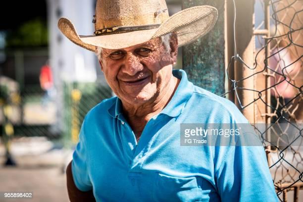homem agricultor sênior/zona rural - redneck - fotografias e filmes do acervo