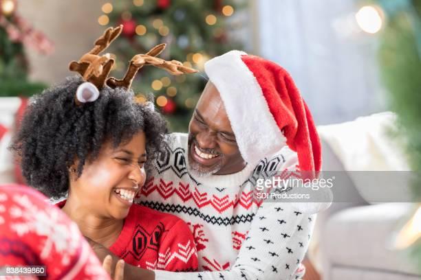 Senior Vater genießt die Zeit mit erwachsenen Tochter zu Weihnachten