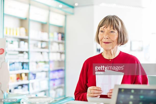 Senior weiblichen Kunden in Apotheke store