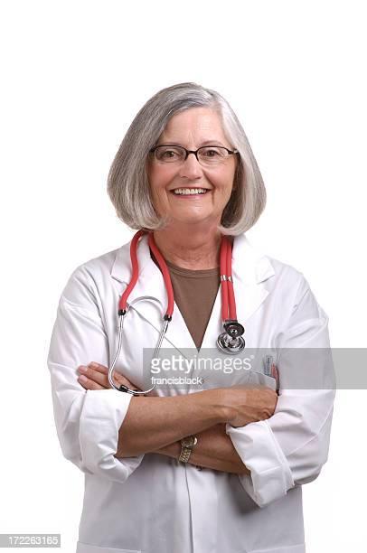 Leitende Ärztin mit Arme verschränkt