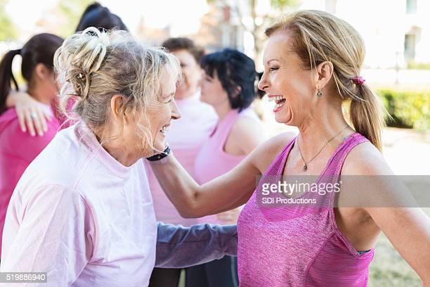 Senior femenino con amigos del evento de caridad