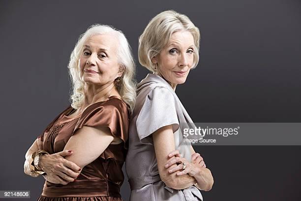 年配の女性の友人のバックに - 背中合わせ ストックフォトと画像