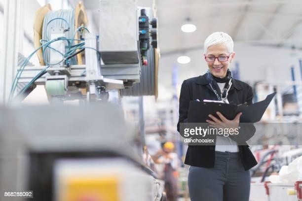 Ältere weibliche Qualitätsprüfer werkseitig