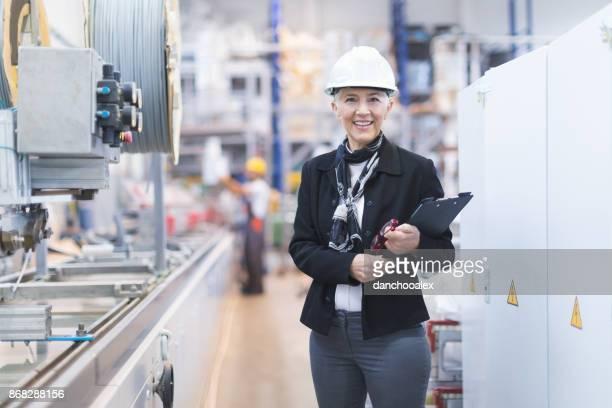 Senior vrouwelijke kwaliteit inspecteur in fabriek