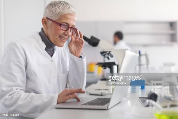 Senior vrouwelijke wetenschapper werken in laboratorium