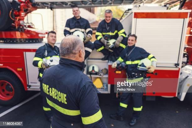 チームと安全説明を行う上級消防署長 - 酋長 ストックフォトと画像