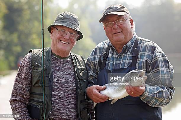 Senior pêcheurs de gros poissons pêchés