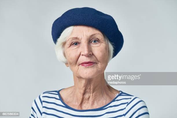 senior franse vrouw - baret stockfoto's en -beelden