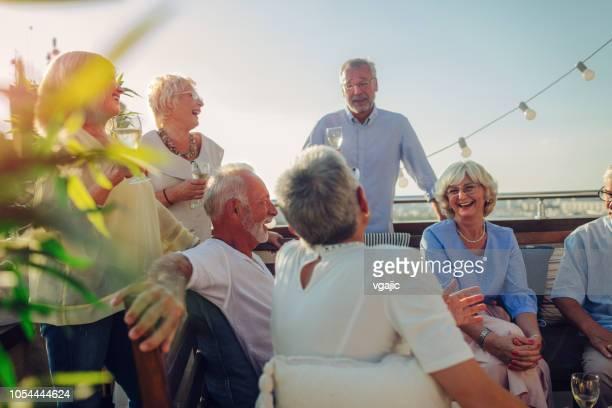 amigos sênior na festa no terraço - grupo médio de pessoas - fotografias e filmes do acervo