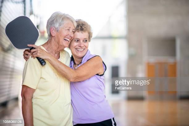 senior vrienden samen tijd doorbrengen - racket sport stockfoto's en -beelden