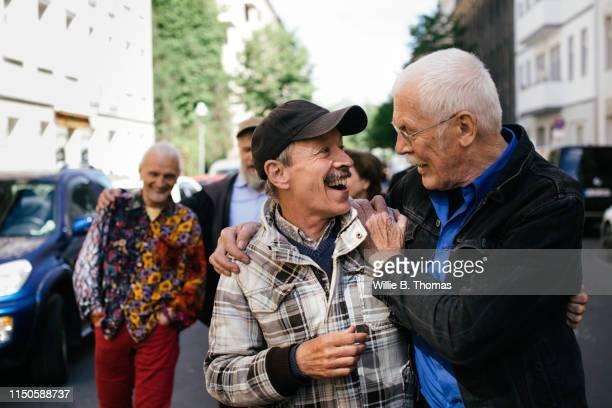 senior gay men embracing - alleen seniore mannen stockfoto's en -beelden
