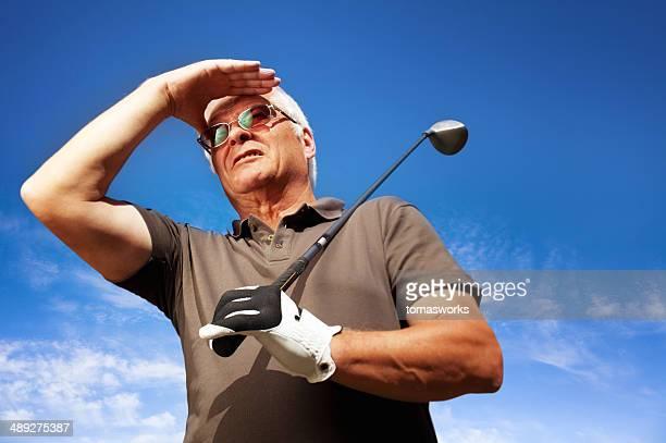 上級ゴルファーが striked ボールをお探しですか