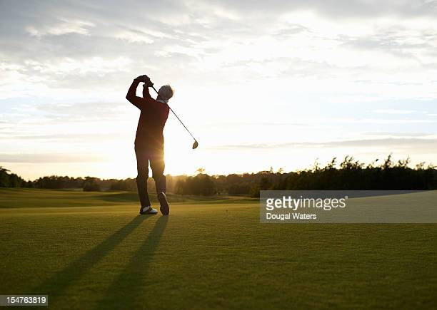senior golfer teeing off on golf course. - golfe imagens e fotografias de stock